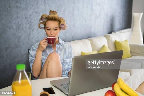 sonntag auf laptop - sonntag stock-fotos und bilder