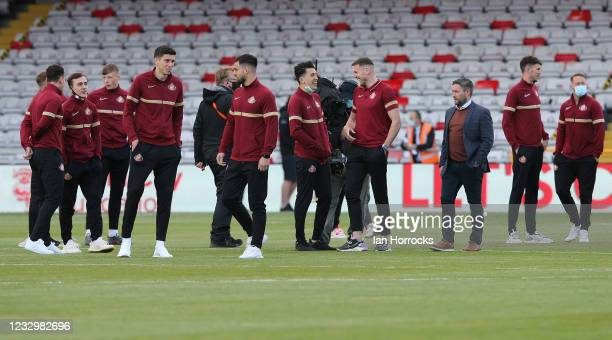 Sunderland head coach Lee Johnson and his players walk the pitch before the Sky Bet League One Play-off Semi Final 1st Leg match between Lincoln City...