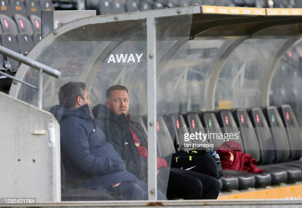 Sunderland head coach Lee Johnson talks with Aiden McGeady before the Sky Bet League One match between Hull City and Sunderland at the Kcom Stadium...