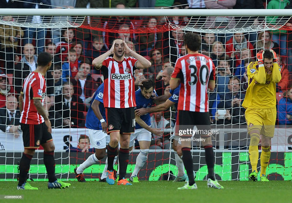 Sunderland players react as Leighton Baines of Everton (obscured centre) scores their first goal from a penalty during the Barclays Premier League match between Sunderland and Everton at Stadium of Light on November 9, 2014 in Sunderland, England.
