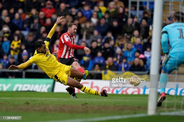 Sunderland's Aiden McGeady goes close during the Sky Bet League One match between Oxford United and Sunderland at Kassam Stadium on February 09, 2019...