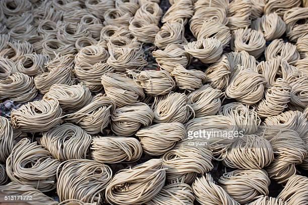 sun-dried chinese noodles - yangzhou foto e immagini stock