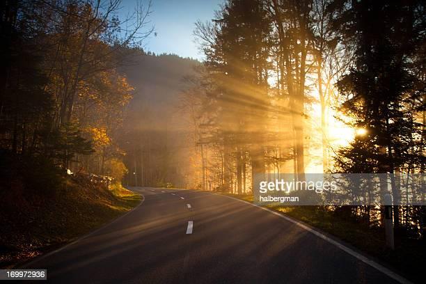 Le soleil brille couper sur Mountain Road, Suisse