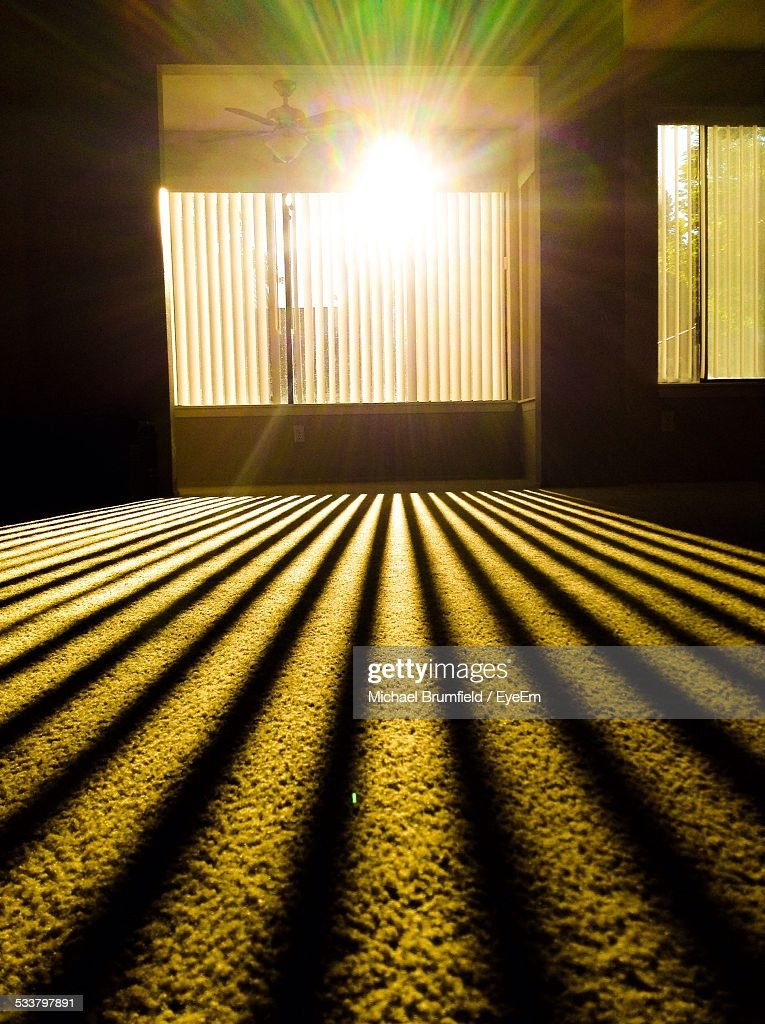Sunlight Coming Through Window Blinds At Home : Foto stock