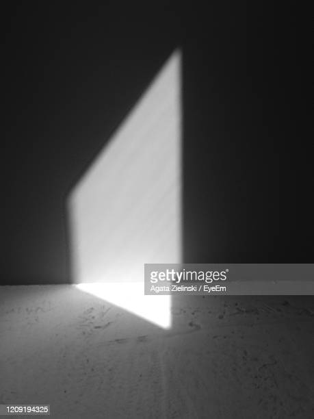 sunlight falling on wall at home - ombra foto e immagini stock