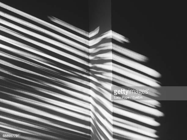 sunlight falling on wall in darkroom - à rayures photos et images de collection