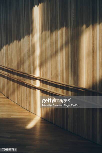 sunlight on wooden wall in alley of oslo opera house - opernhaus stock-fotos und bilder