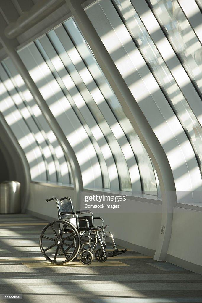 Sunlight shining on wheelchair in hallway : Stockfoto