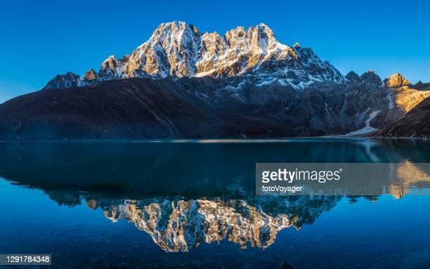 sunlight snowy himalaya mountain peaks reflecting gokyo lake panorama nepal - khumbu stock pictures, royalty-free photos & images