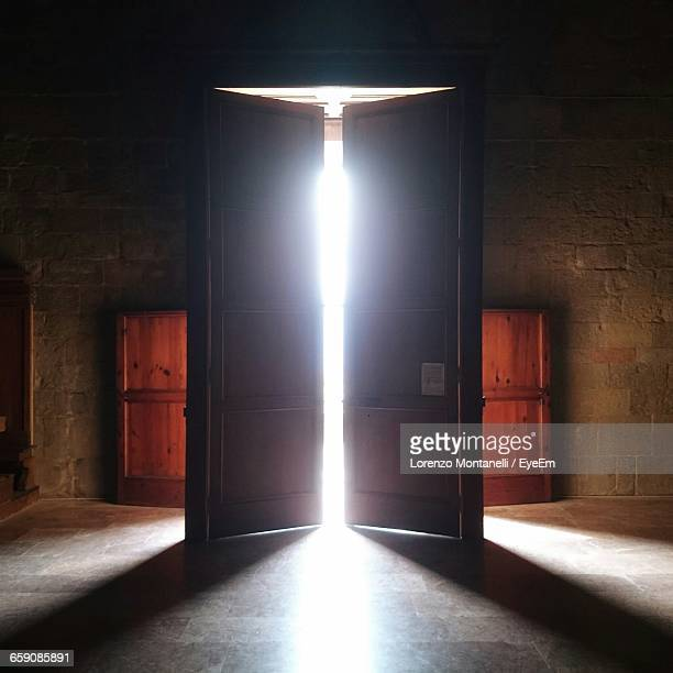 sunlight streaming through door in church - porta imagens e fotografias de stock