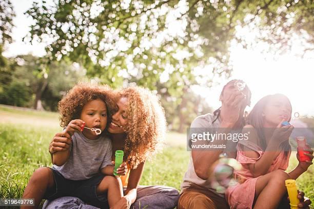 Clair et ensoleillé instant avec une adorable famille afro-américaine