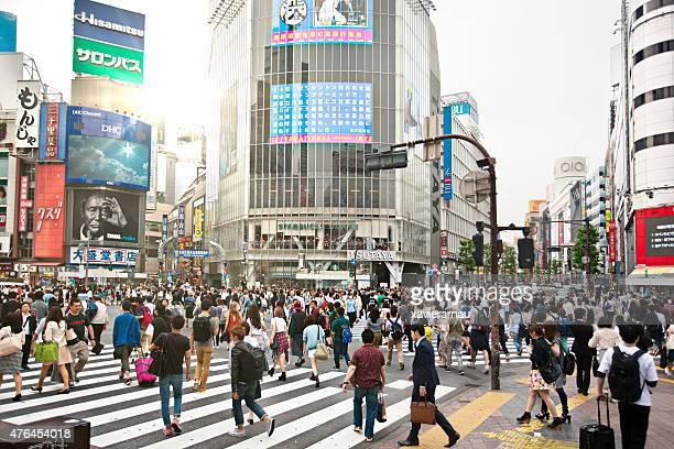 sunny day in shibuya - kruispunt stockfoto's en -beelden