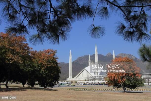 sunny day islamabad - shah faisal masjid - スィンド州 ストックフォトと画像