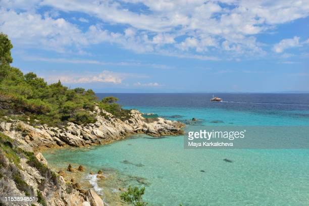 sunny day on the greek sea, chalkidiki peninsula - peninsula de grecia fotografías e imágenes de stock