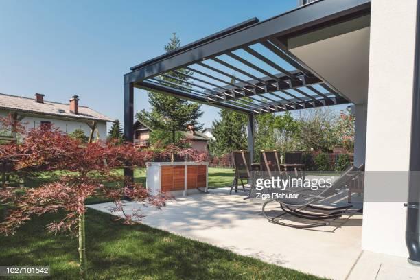 journée ensoleillée sur le patio - pergola photos et images de collection