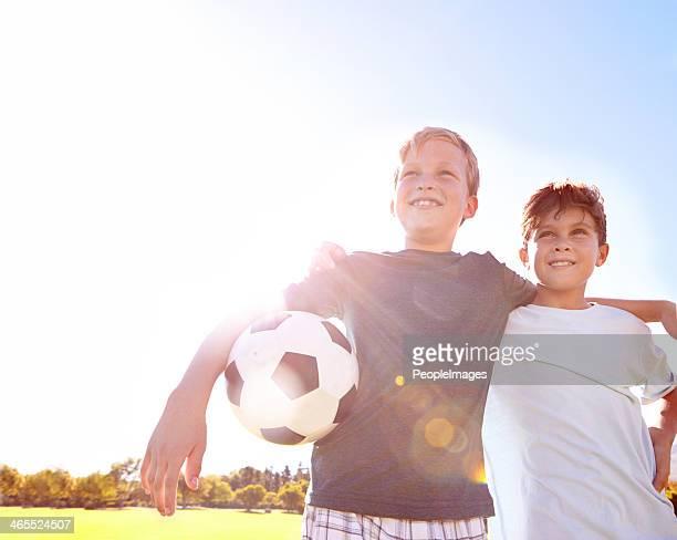 Día soleado de fútbol amigos