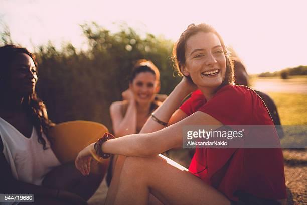 sonnige tage für freunde und spaß - freundschaft stock-fotos und bilder