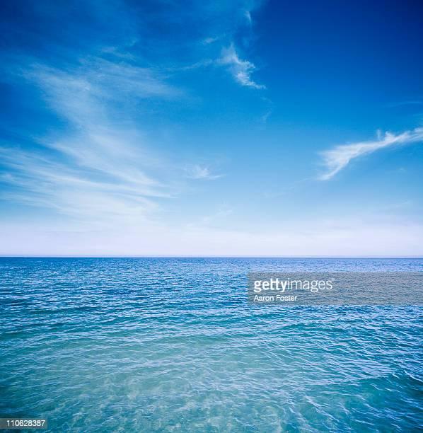 sunny ocean - orizzonte sull'acqua foto e immagini stock