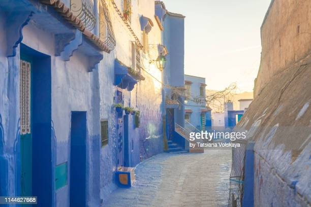 sunny street of chefchaouen blue city , morocco - chefchaouen photos et images de collection