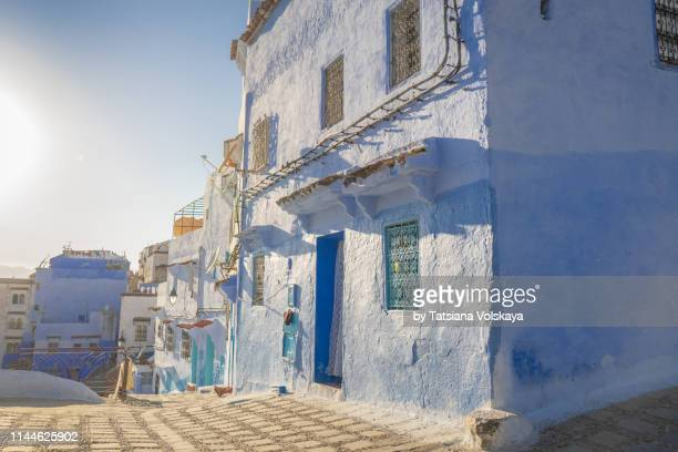 sunny streets in blue city chefchaouen, morocco - chefchaouen photos et images de collection