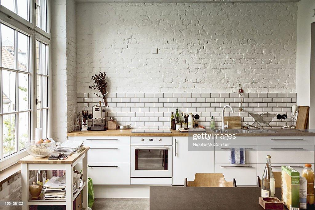 Sunny branco cozinha europeia : Foto de stock