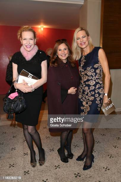 Sunnyi Melles Judith Epstein and Nina Ruge at the opera premiere of Die tote Stadt by Erich Wolfgang Korngold at Bayerische Staatsoper on November 18...