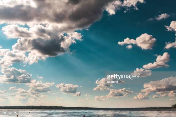 sun-rays piercing the sky over dnieper river - penetracion fotografías e imágenes de stock