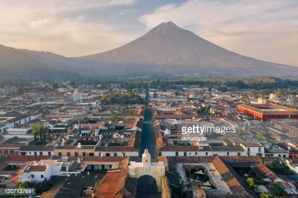 amanecer por encima de antigua (guatemala) - guatemala fotografías e imágenes de stock
