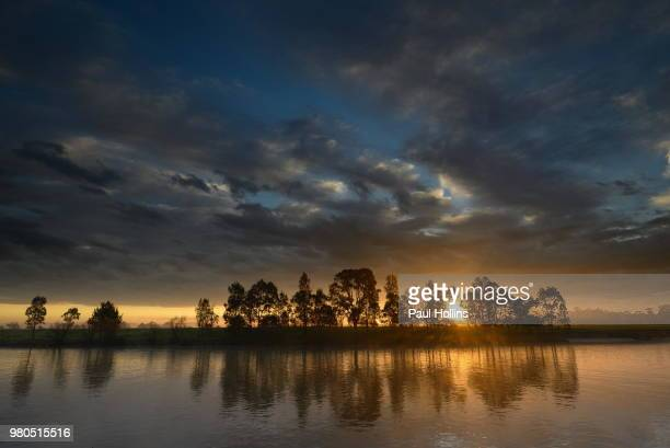 sunrise and clouds over paterson river, hinton, morpeth, hunter, new south wales - モーペス ストックフォトと画像