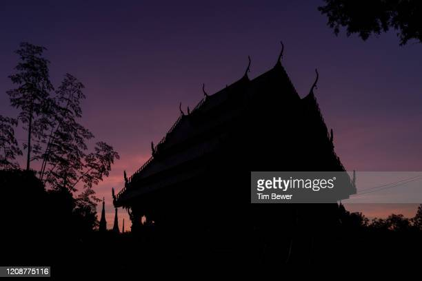 sunrise at a buddhist temple. - tim bewer fotografías e imágenes de stock