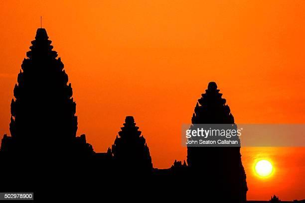 sunrise at angkor wat - アンコールワット ストックフォトと画像