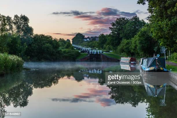 sunrise at caen hill locks - ウィルトシャー州 ストックフォトと画像