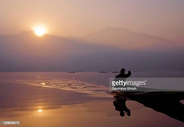 sunrise at dal lake - saumalya ghosh stock pictures, royalty-free photos & images