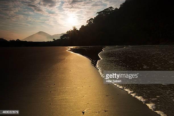 sunrise at dura beach in ubatuba, brazil. - alex saberi fotografías e imágenes de stock