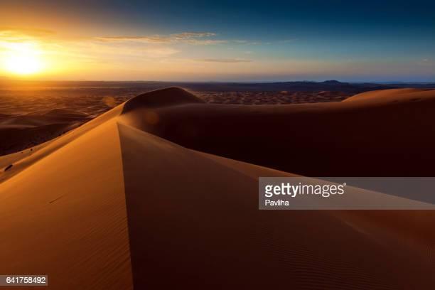 夜明けの Chebbi 砂漠の砂丘、モロッコ、アフリカ