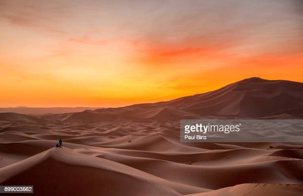 sunrise at erg chebbi sand dunes, morocco, north africa - merzouga stock pictures, royalty-free photos & images