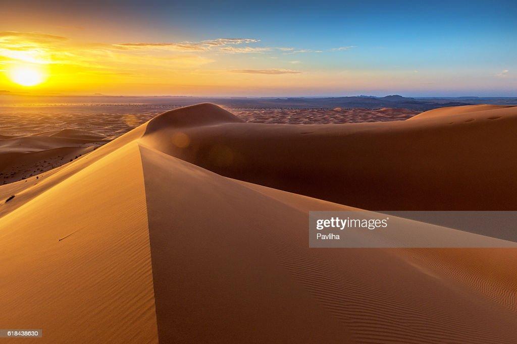 Amanecer en dunas de Erg Chebbi, Marruecos, África del Norte  : Foto de stock