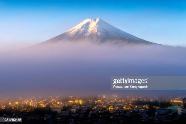 sunrise at fuji volcano and fujikawaguchiko city view - 波打ち際 ストックフォトと画像