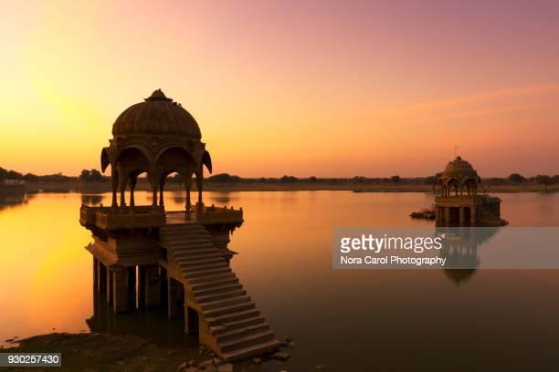 sunrise at gadisar lake in jaisalmer, rajastan. - rajastão imagens e fotografias de stock