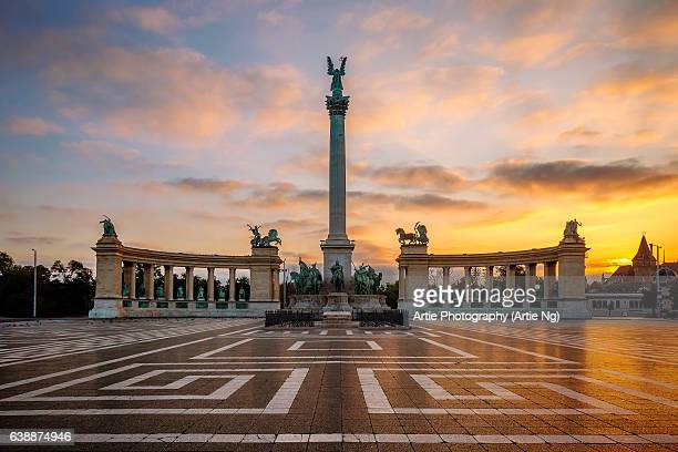 sunrise at heros' square, budapest, hungary - budapeste - fotografias e filmes do acervo