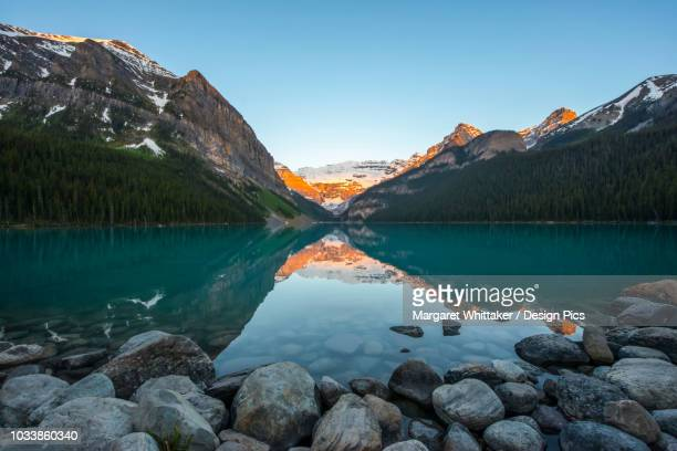 sunrise at lake louise in the rocky mountains, banff national park - provinz alberta stock-fotos und bilder