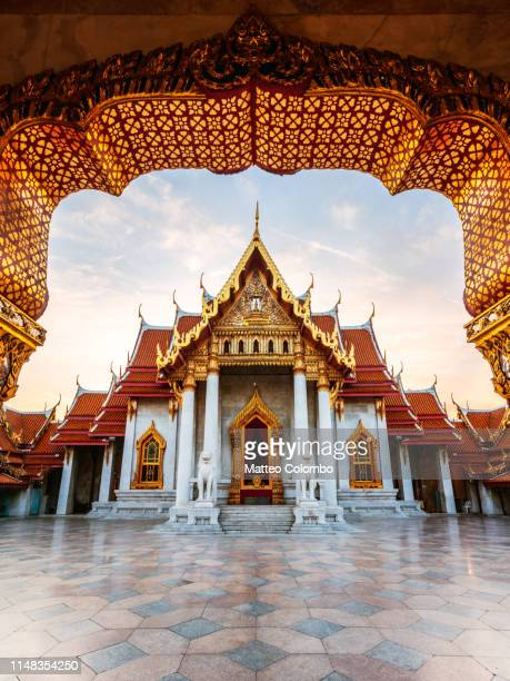 sunrise at marble temple, bangkok, thailand - tempel stock-fotos und bilder