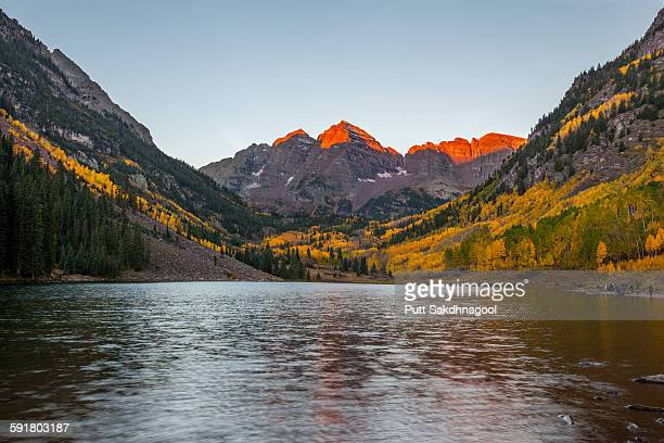 sunrise at maroon bells - maroon bells stock photos and pictures