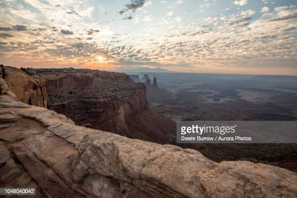 sunrise at mesa arch in canyonlands national park, moab, utah, united states - árido fotografías e imágenes de stock