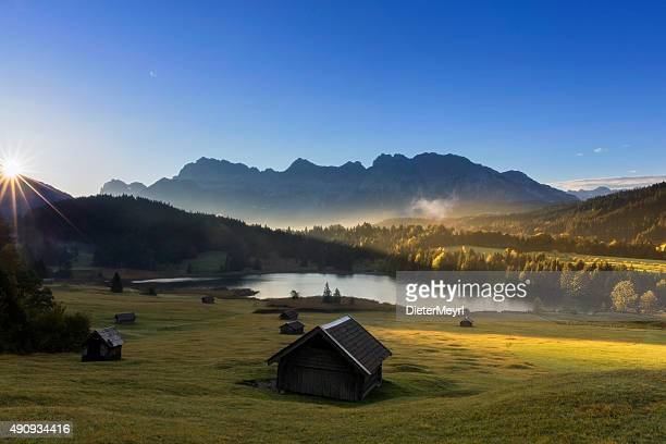 sunrise at mountain lake in alpen-geroldssee - dieter meyrl stock-fotos und bilder
