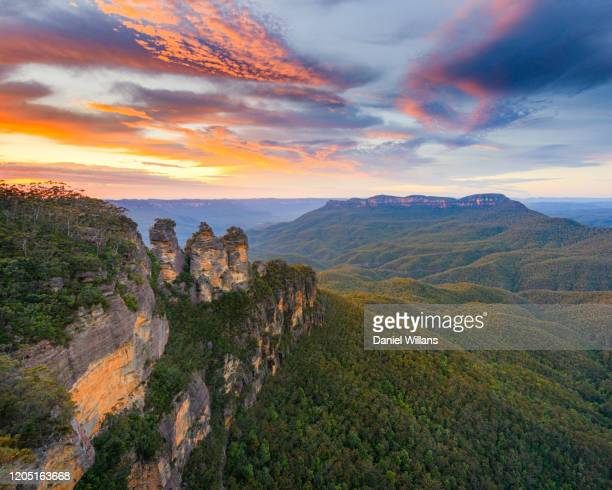 sunrise at the 3 sisters, australia - katoomba stock pictures, royalty-free photos & images