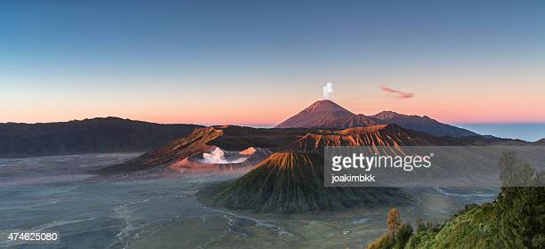 sonnenaufgang in den bromo-vulkan mountain in indonesien - vulkan stock-fotos und bilder