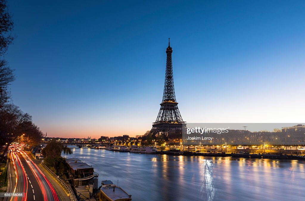 Sunrise at the Eiffel Tower in Paris along the Seine : Stock Photo