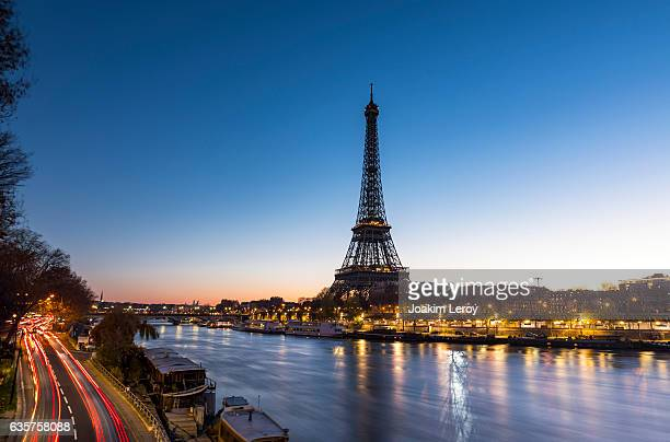 sunrise at the eiffel tower in paris along the seine - paris stockfoto's en -beelden