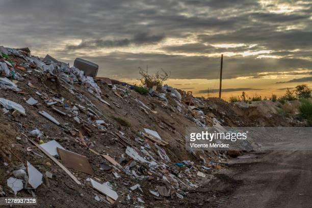 sunrise at the landfill - vicente méndez fotografías e imágenes de stock